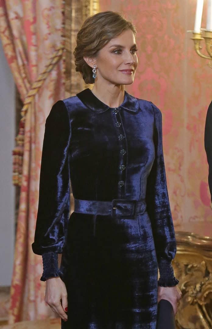 Letizia: recupera el vestido de terciopelo fallido que llevaba hace dos años 11