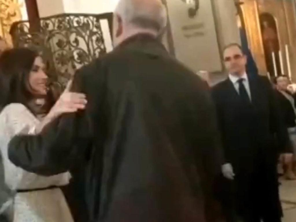 La reina Letizia se salta el protocolo para saludar a un amigo 1