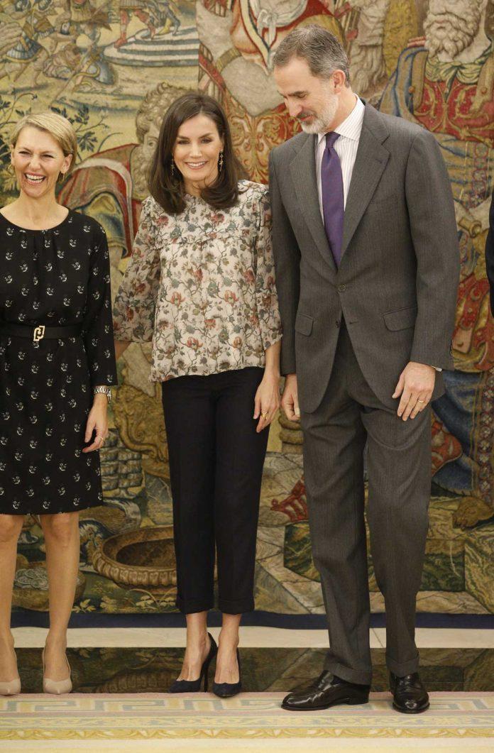 Reina Letizia: como aburrirse con una blusa de flores 4