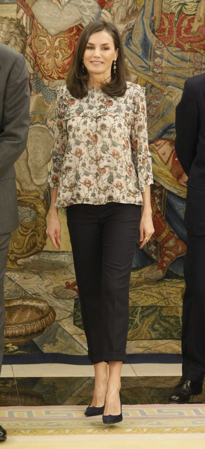 Reina Letizia: como aburrirse con una blusa de flores 2