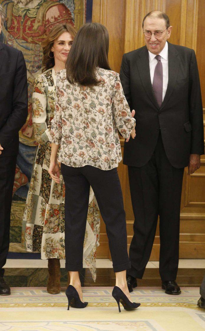 Reina Letizia: como aburrirse con una blusa de flores 8