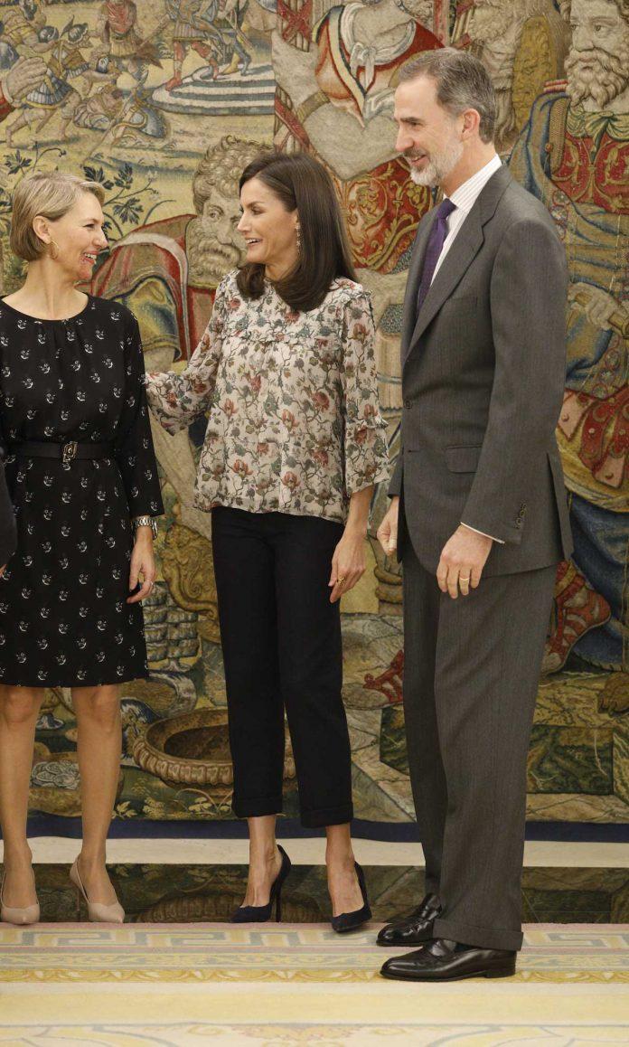 Reina Letizia: como aburrirse con una blusa de flores 6