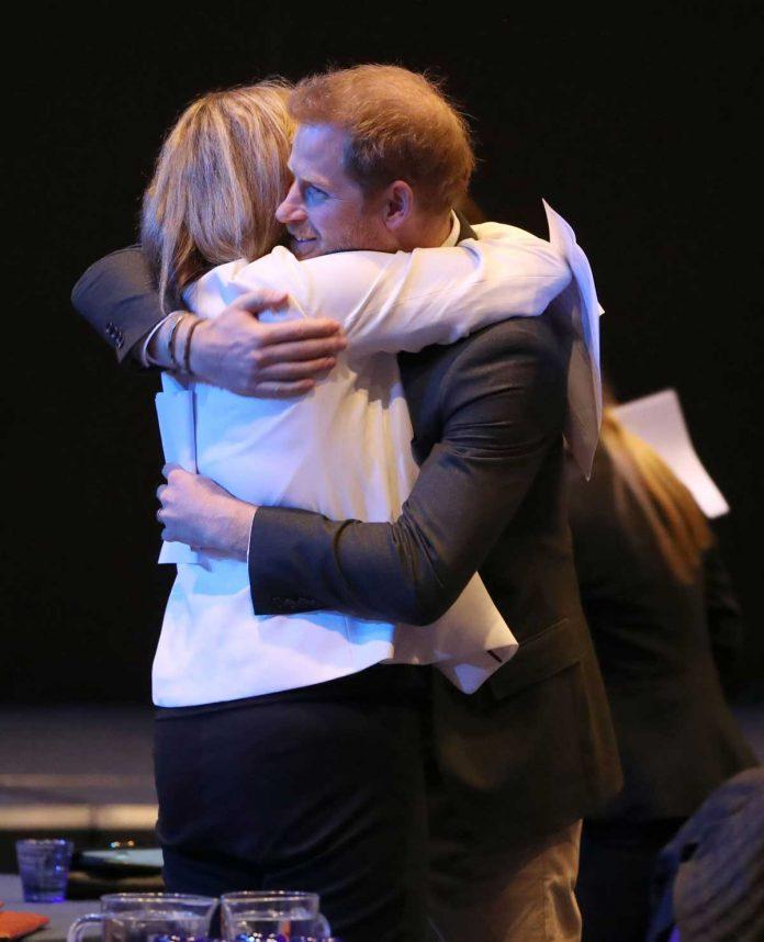 Harry de Inglaterra regresa al Reino Unido ... y se enoja con los fotógrafos. 12