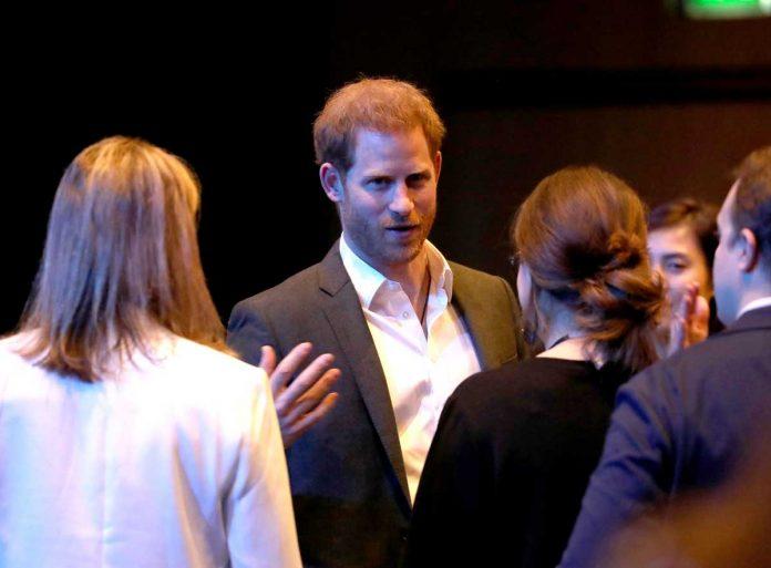 Harry de Inglaterra regresa al Reino Unido ... y se enoja con los fotógrafos. 14