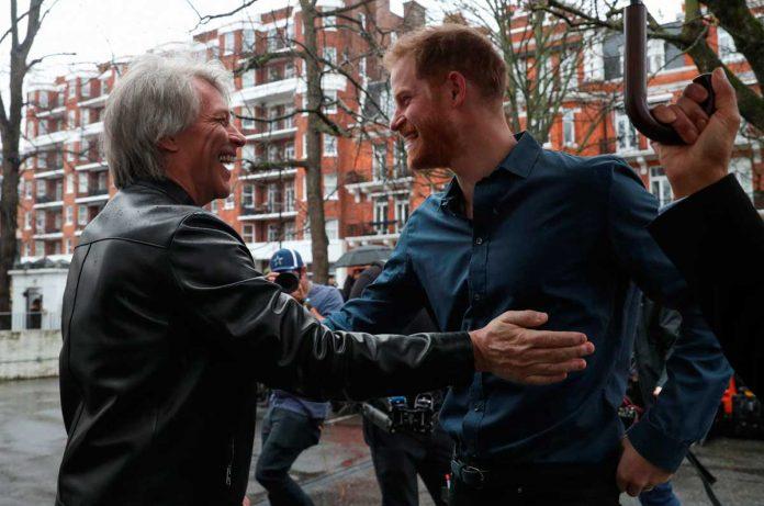 El príncipe Harry se suelta y canta un dúo con el rockero Jon Bon Jovi 4