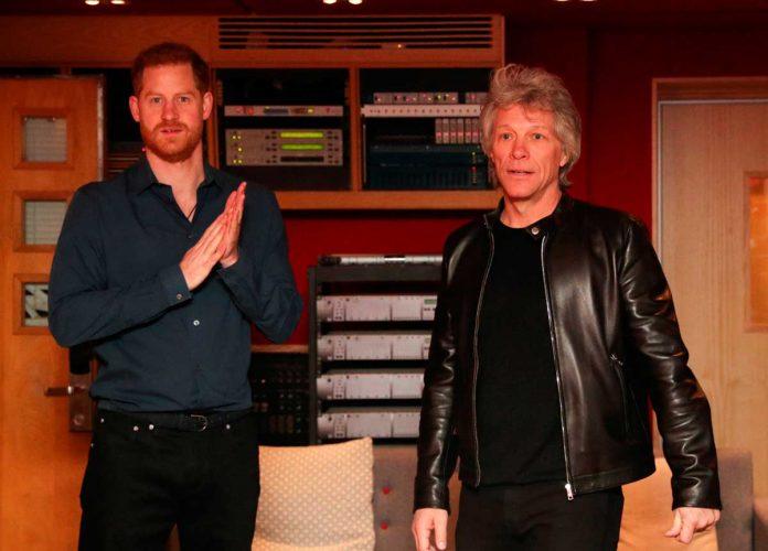 El príncipe Harry se suelta y canta un dúo con el rockero Jon Bon Jovi 10
