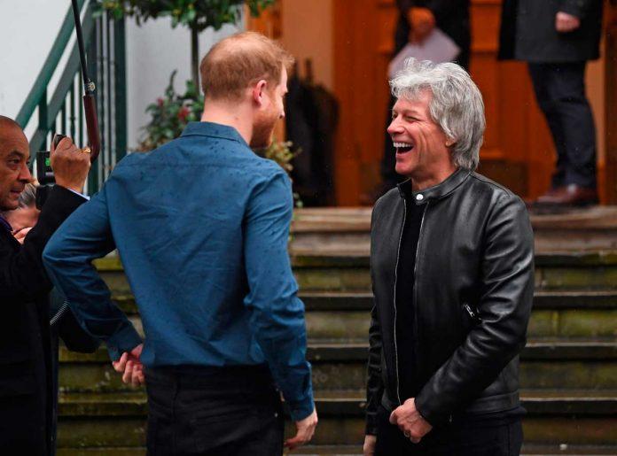 El príncipe Harry se suelta y canta un dúo con el rockero Jon Bon Jovi 8