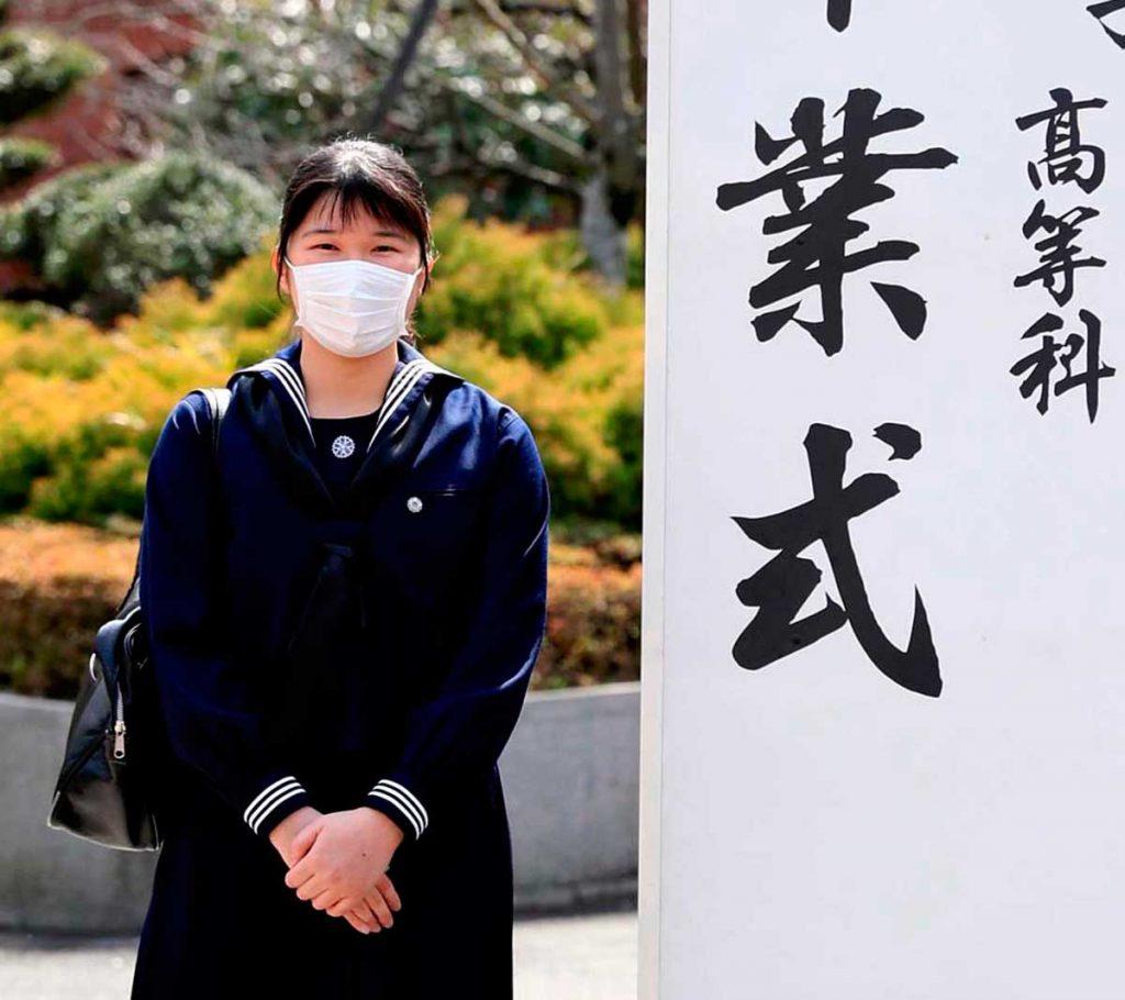 Aiko de Japón se gradúa con una máscara y sin sus padres debido al virus 4
