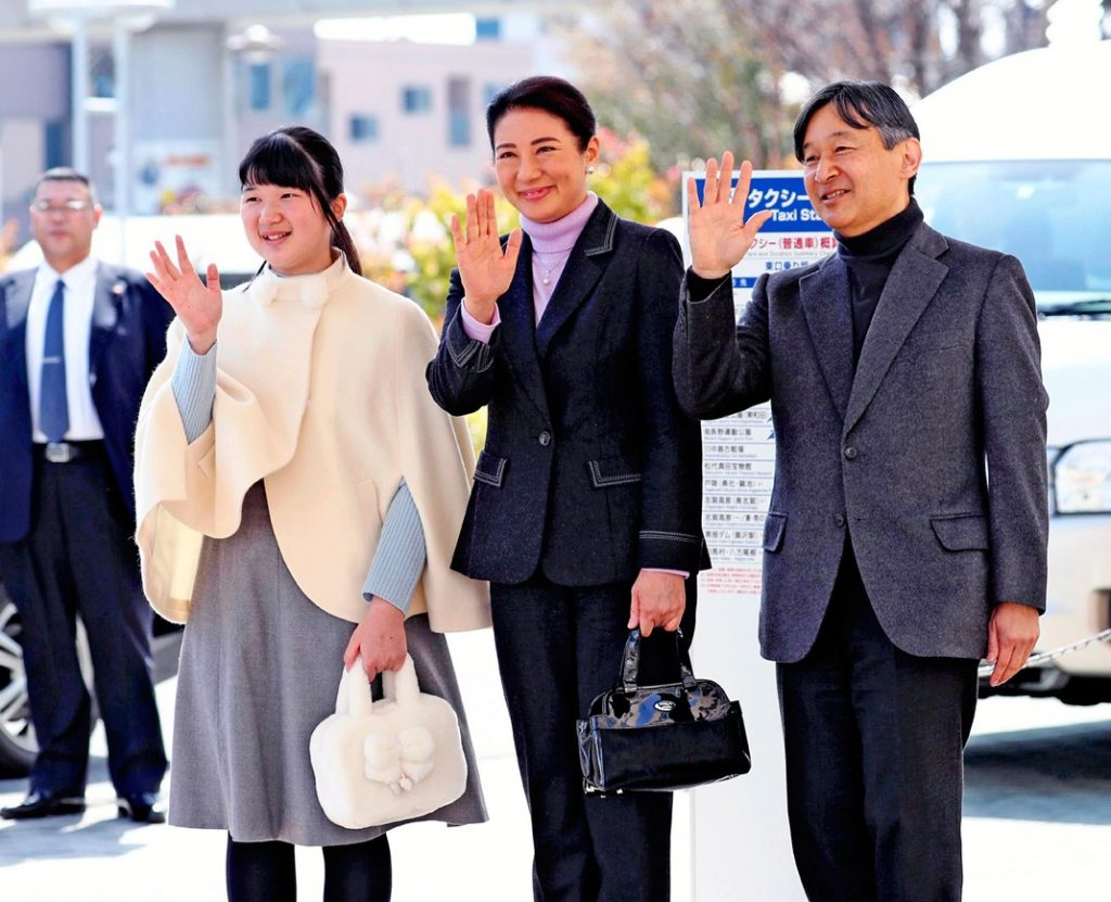 Aiko de Japón se gradúa con una máscara y sin sus padres debido al virus 12