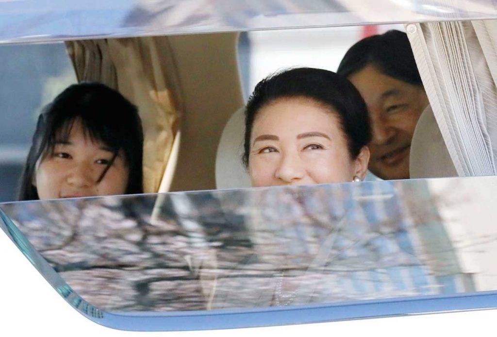 Aiko de Japón se gradúa con una máscara y sin sus padres debido al virus 6