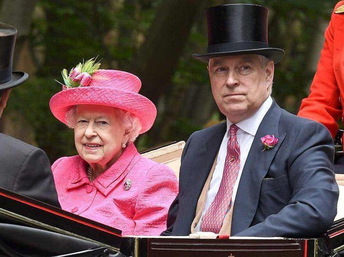 La reina Isabel II cumple 94 años en su 'annus horribilis' 8