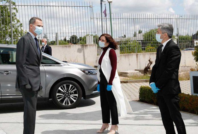 La reina Letizia, con guantes y una máscara, abandona La Zarzuela por primera vez. 4