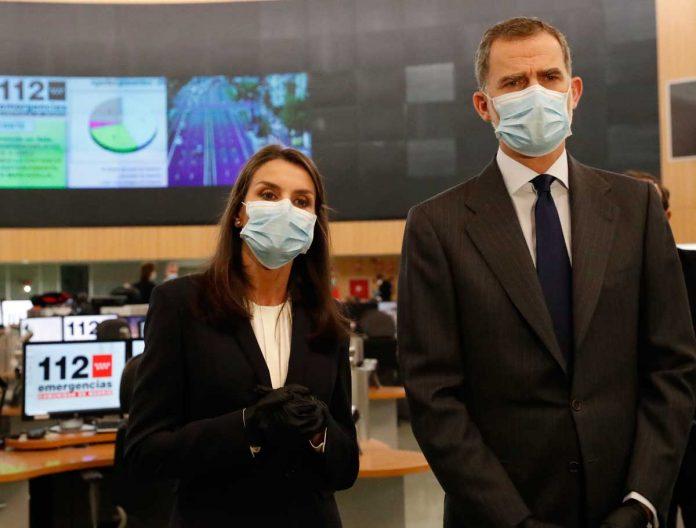 La reina Letizia, con guantes y una máscara, abandona La Zarzuela por primera vez. 8