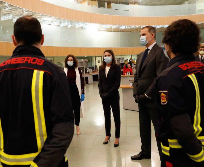 La reina Letizia, con guantes y una máscara, abandona La Zarzuela por primera vez. 10