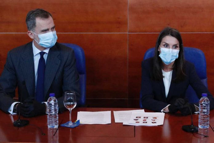 La reina Letizia, con guantes y una máscara, abandona La Zarzuela por primera vez. 20