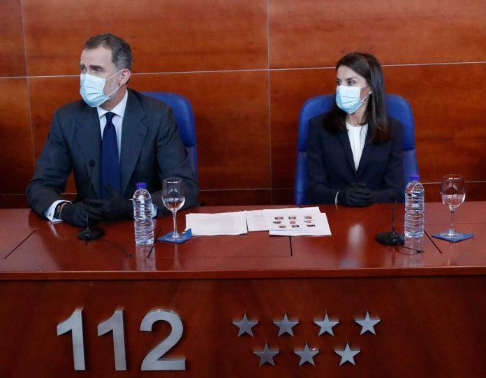 La reina Letizia, con guantes y una máscara, abandona La Zarzuela por primera vez. 22