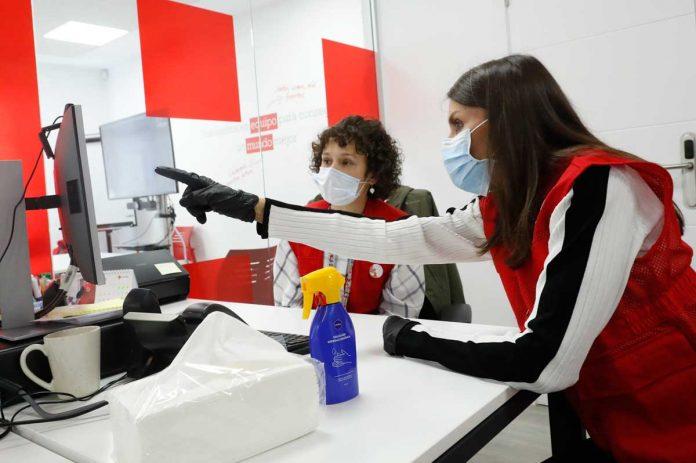 La reina Letizia abandona el palacio para apoyar a los voluntarios de la Cruz Roja 22