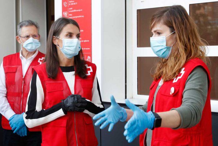 La reina Letizia abandona el palacio para apoyar a los voluntarios de la Cruz Roja 24