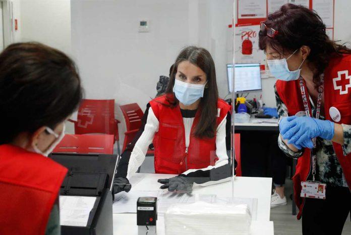 La reina Letizia abandona el palacio para apoyar a los voluntarios de la Cruz Roja 14
