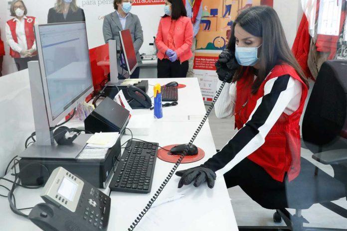 La reina Letizia abandona el palacio para apoyar a los voluntarios de la Cruz Roja 18