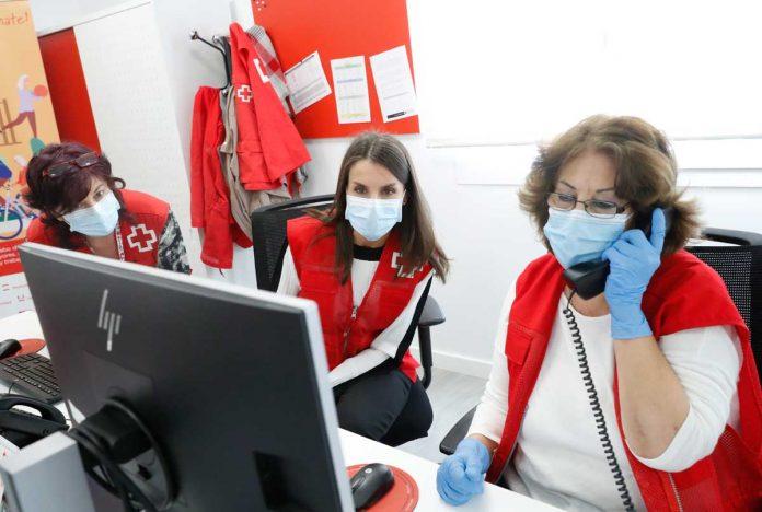 La reina Letizia abandona el palacio para apoyar a los voluntarios de la Cruz Roja 16