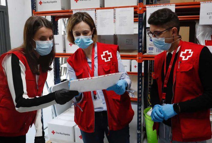 La reina Letizia abandona el palacio para apoyar a los voluntarios de la Cruz Roja 8
