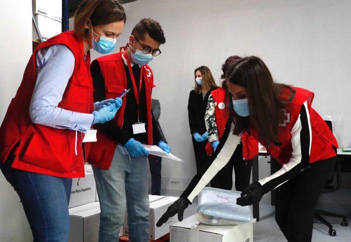 La reina Letizia abandona el palacio para apoyar a los voluntarios de la Cruz Roja 6