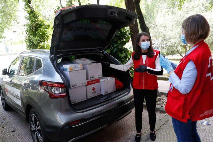 La reina Letizia abandona el palacio para apoyar a los voluntarios de la Cruz Roja 10