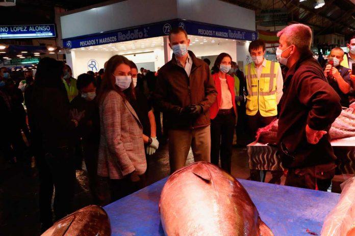 Los reyes Felipe y Letizia visitan las instalaciones de Mercamadrid al amanecer 8