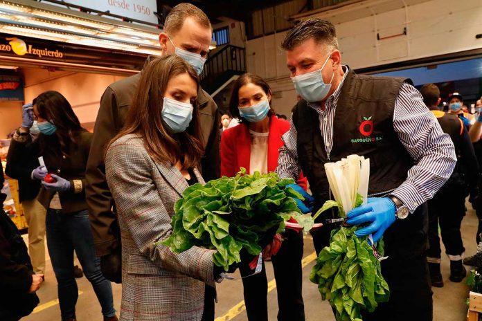 Los reyes Felipe y Letizia visitan las instalaciones de Mercamadrid al amanecer 4