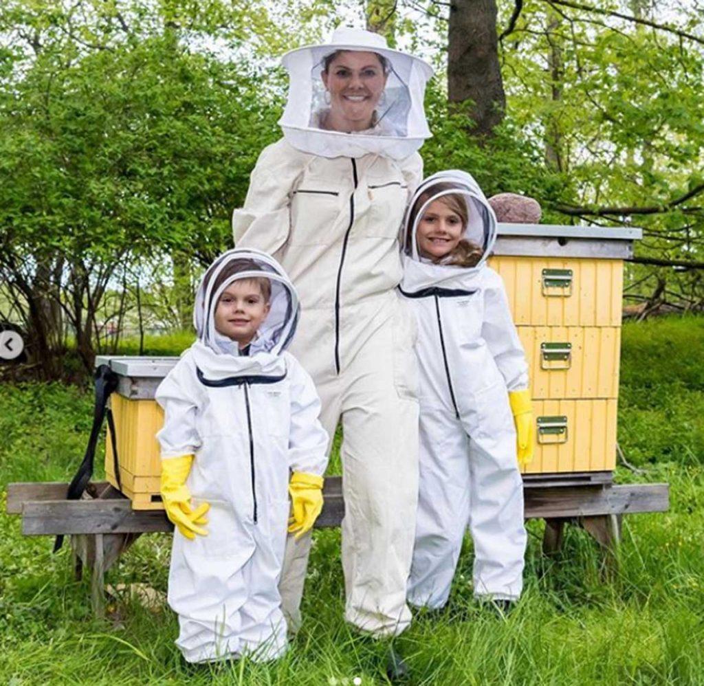 Victoria de Suecia con sus hijos, Estelle y Oscar, disfrutan de la apicultura. 2