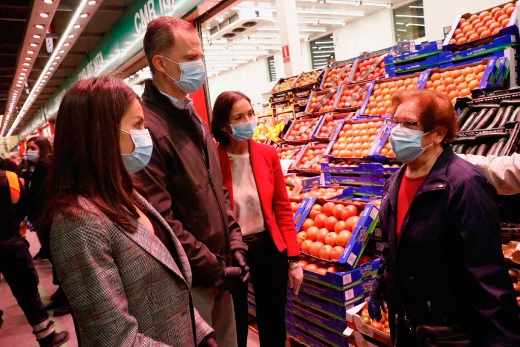 Los reyes Felipe y Letizia conversan con funcionarios de Carrefour para unir fuerzas contra la crisis 2