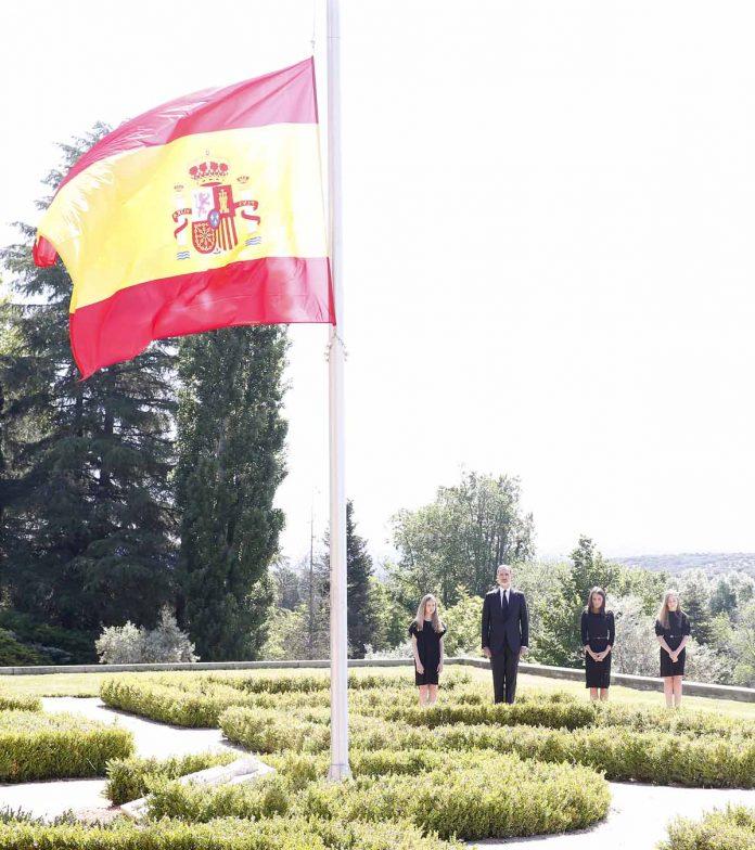 Este ha sido el minuto de silencio de los Reyes y sus hijas en homenaje a las víctimas del coronavirus. 12