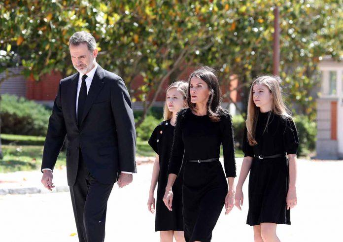 Este ha sido el minuto de silencio de los Reyes y sus hijas en homenaje a las víctimas del coronavirus. 4