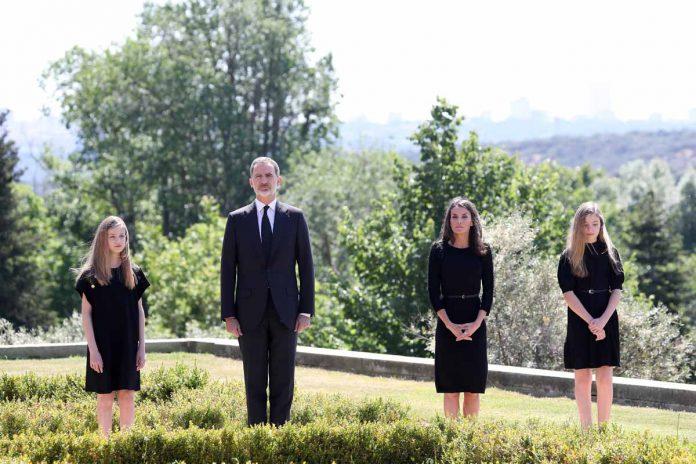 Este ha sido el minuto de silencio de los Reyes y sus hijas en homenaje a las víctimas del coronavirus. 18