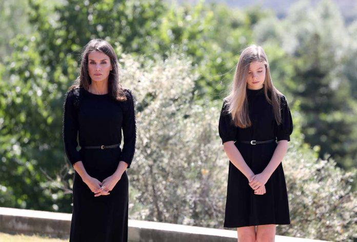 Este ha sido el minuto de silencio de los Reyes y sus hijas en homenaje a las víctimas del coronavirus. 2