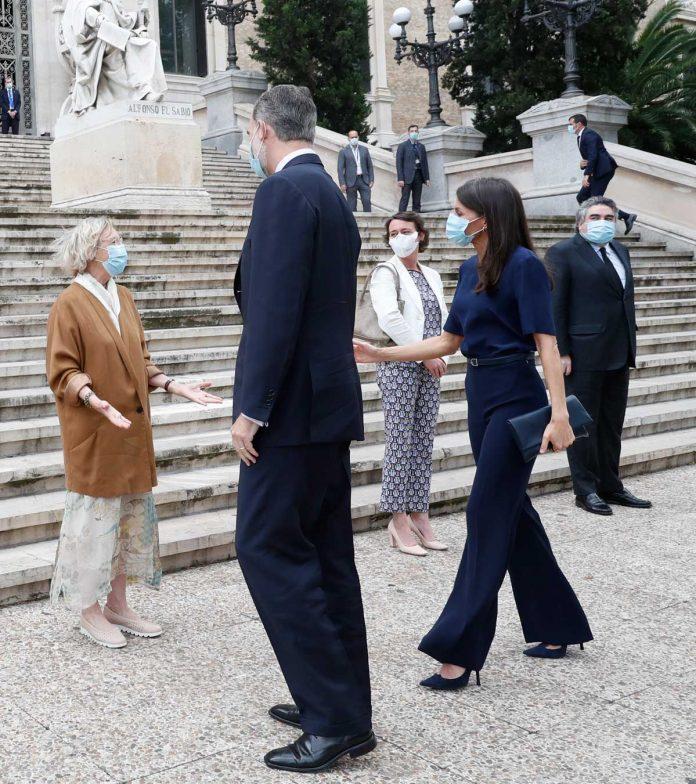 La reina Letizia, con y sin máscara, estrena nuevamente la ropa 2