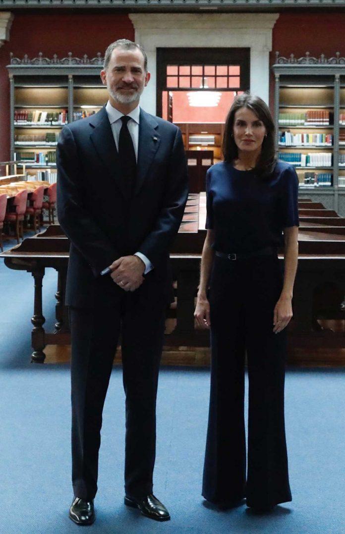 La reina Letizia, con y sin máscara, estrena nuevamente la ropa 18
