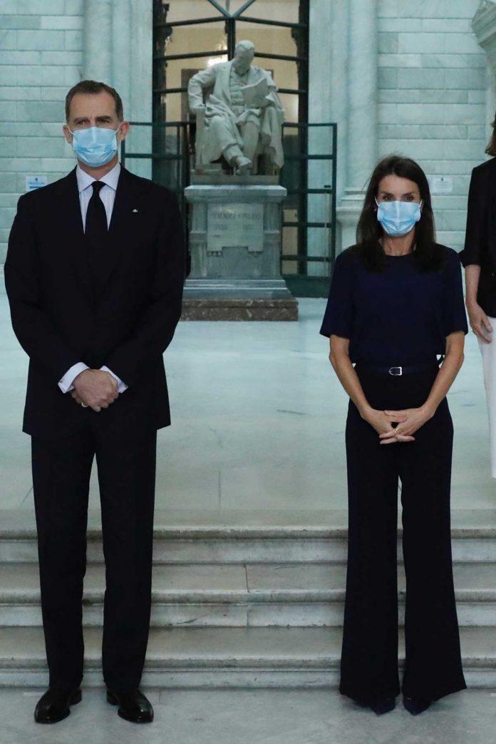 La reina Letizia, con y sin máscara, estrena nuevamente la ropa 6