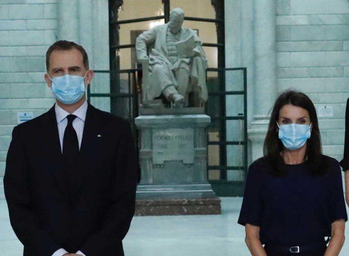 La reina Letizia, con y sin máscara, estrena nuevamente la ropa 8