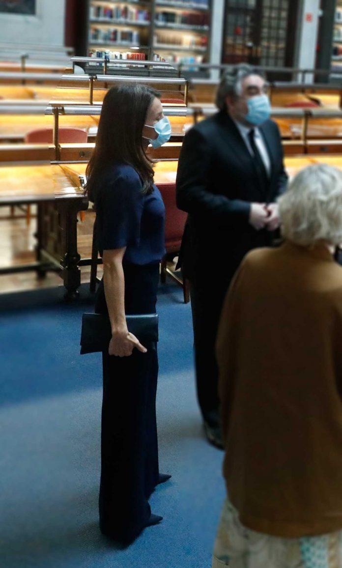 La reina Letizia, con y sin máscara, estrena nuevamente la ropa 16