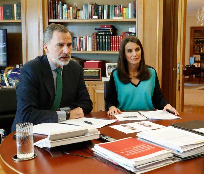 La reina Letizia estrena una camiseta bicolor para volver al encierro 2