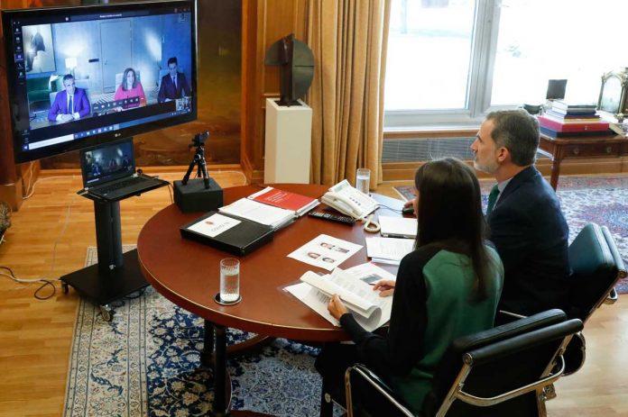 La reina Letizia estrena una camiseta bicolor para volver al encierro 4