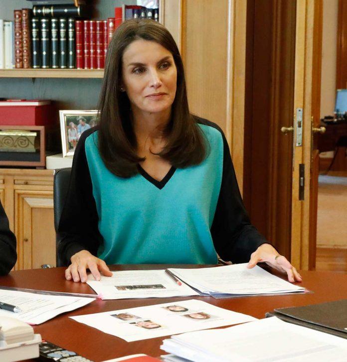 La reina Letizia estrena una camiseta bicolor para volver al encierro 6