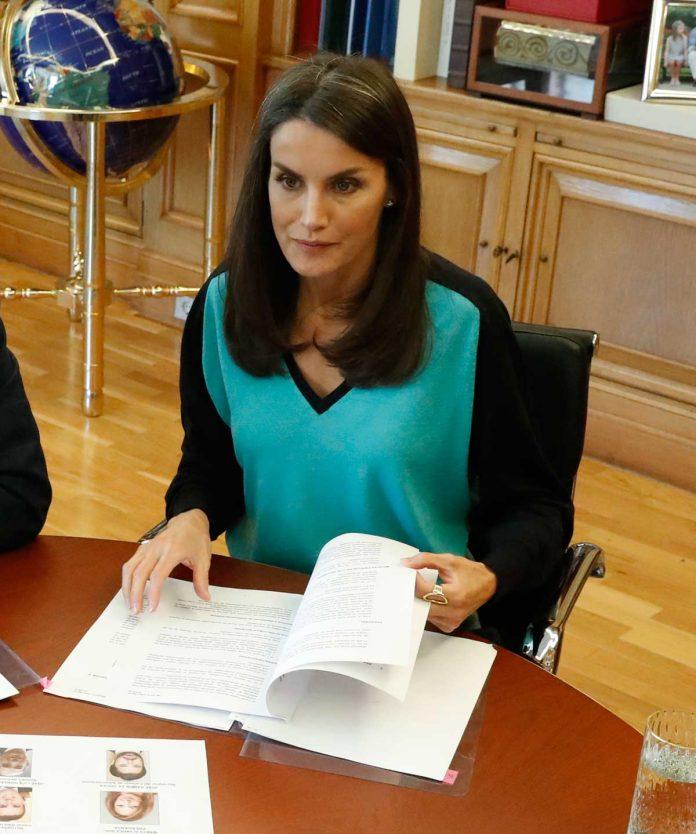 La reina Letizia estrena una camiseta bicolor para volver al encierro 10