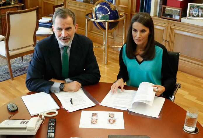 La reina Letizia estrena una camiseta bicolor para volver al encierro 8