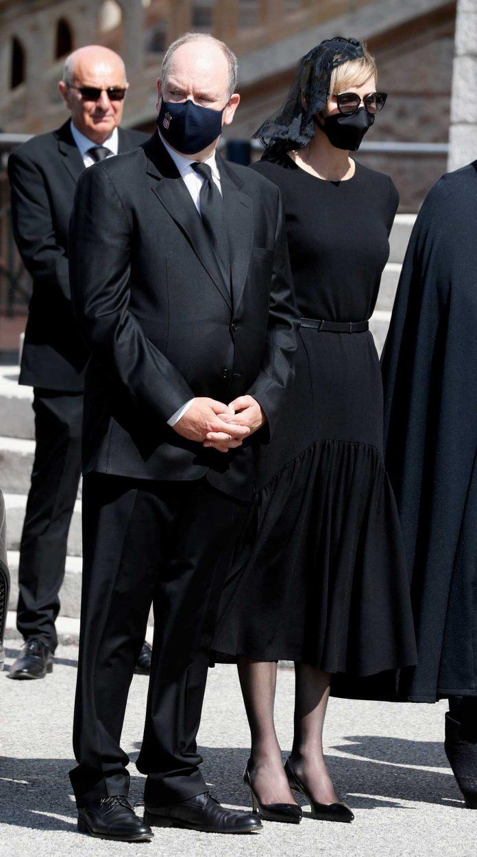 La familia real de Mónaco llora de luto en el funeral de su querido primo 4