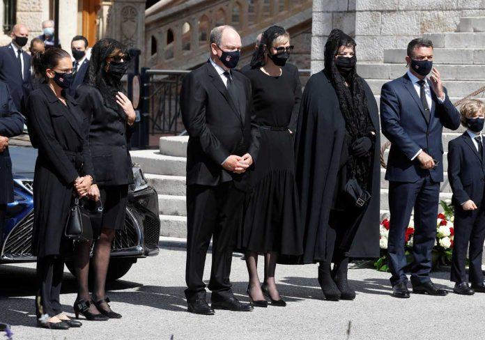 La familia real de Mónaco llora de luto en el funeral de su querido primo 2