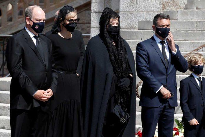 La familia real de Mónaco llora de luto en el funeral de su querido primo 6