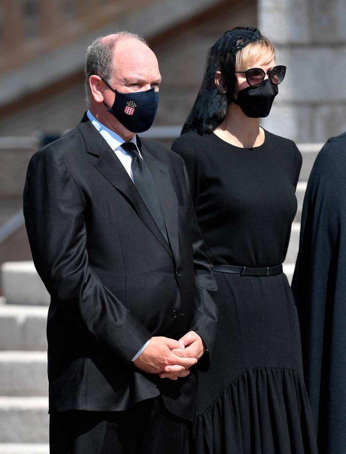 La familia real de Mónaco llora de luto en el funeral de su querido primo 22